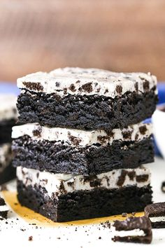 These Cookies & Cream Brownies have the best Oreo flavor & were a HUGE hit! An easy fudgy brownie recipe topped with an Oreo-filled white chocolate topping! Desserts Fudgy Cookies and Cream Brownies Recipe - Easy Oreo Brownies! Dessert Dips, No Bake Oreo Dessert, Smores Dessert, Oreo Dessert Recipes, Tiramisu Dessert, Easy Cake Recipes, Easy Desserts, Sweet Recipes, Delicious Desserts