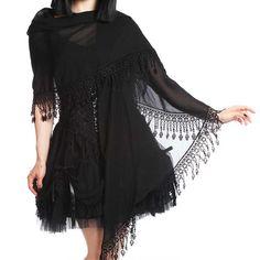 Sinister. Een zwart kanten gothic bruiloft sjaal versierd met Venetiaanse kanten…