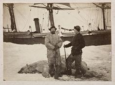 """nansen - fra en reise med selfangere til Vestisen i perioden mars-juli 1882. Axel Krefting (t.v.) og Fridtjof Nansen ved siden av to isbjørner som er skutt. I bakgrunnen selfangstskuta, """"Viking"""". Grønlandshavet, juni/juli 1882"""