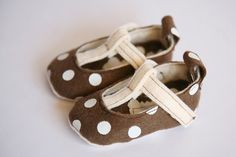 T-Strap Polka Dots: Brown & Cream #felt #baby #shoes $25