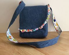 Best 12 Messenger style bag in recycles denim with cotton by Susiesgoodies Denim Tote Bags, Denim Handbags, Diy Tote Bag, Denim Purse, Denim Bag Patterns, Purse Patterns, Mini Wallet, Popular Handbags, Denim Ideas