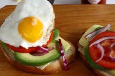 Rețetă pentru mic dejun - sandwich cald cu brânză, ou și avocado