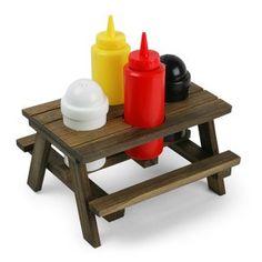 Si te encanta comer en el campo o tienes la suerte de tener barbacoa en casa, no te puede faltar esta mesa de picnic para condimentos.  Material: Madera y recipientes de Plástico  Incluye: Mesa de Picnic en miniatura, bote de ketchup, bote de mostaza, salero y pimentero  Dimensiones: 19 x 18,5 x 16,5 cm (montado)  [21,95€]