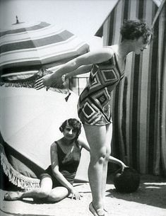 """Model wearing swimsuit designed by Sonia Delaunay, photo by Luigi Diaz for Presse Paris, in ""Color Moves: The Art and Fashion of Sonia Delaunay"". She brought textiles put in costumes, created rebellion for costumes. Sonia Delaunay, Robert Delaunay, 20s Fashion, Art Deco Fashion, Fashion History, Fashion Models, Fashion Beauty, Vintage Fashion, Vintage Couture"