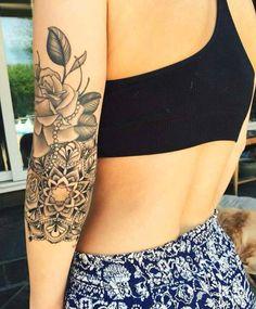 Tatouage femme Mandala et roses Noir et gris sur Bras
