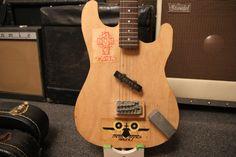 ダニーFerringtonは時間の下でクーダーのために構築されたギター。 合板本体、フェンダーの低音ピックアップと部品ビンクレイマーネック。 はい、クーダーはこの楽器を記録しました。 写真:ジェイソンベルリンド