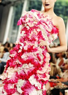 Images and videos of pink haute couture Bright Pink, Red And Pink, Pretty In Pink, Hot Pink, Dior Fashion, Couture Fashion, Fashion Glamour, Dior Couture, Dress Fashion