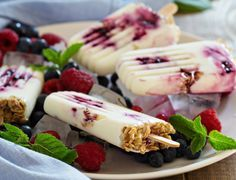 Refreshing and delicious, this Yogurt & Blueberry Jam Popsicles recipe is your go-to on hot summer days. Helado Natural, Dessert Weight Watchers, Desserts Sains, Yogurt Breakfast, Breakfast Popsicles, Vegan Breakfast, Yogurt And Granola, Crunchy Granola, Blueberry Jam