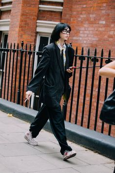 See what the models are wearing off-duty in London! Day 3 – Of The Minute Cool Outfits, Fashion Outfits, Looks Street Style, Vogue, Korean Street Fashion, Look Cool, Aesthetic Clothes, High Fashion, Street Wear