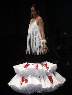 El desfile de Cristina García en Simof 2016 con «Silencio». Raúl Doblado Spanish Fashion, Ethnic, Dresses, Ideas, Evening Gowns, Bata De Cola, Flowers In Hair, Vestidos, Dress