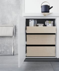 Behind the clear and white front, pull-outs and drawers made from veneered birch create a warm contrast. Kitchen Showroom, Kitchen Interior, Kitchen Decor, Kitchen Drawer Organization, Kitchen Drawers, Bulthaup B1, Magazine Deco, Modern Cabinets, Cuisines Design