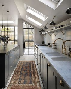 Today we will show you the 5 kitchen trends 2018 that will be IN because the new year also means new kitchen design. Bespoke Kitchens, Luxury Kitchens, Cool Kitchens, Design Jobs, Küchen Design, Modern Design, Vintage Kitchen, New Kitchen, Kitchen Decor