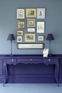 Pour plonger dans le bleu en restant chez soi, du bleu dans tous ses états au sol, sur les murs et sur les meubles.
