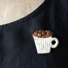 creator: claynote| [ Creema ]ブローチ  コーヒー豆とマグ