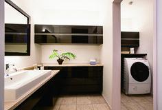 洗面コーナーと脱衣・洗濯スペースを分離したゆ とりのユーティリティ。アイロン台やランドリーボックス、室内物干しなど、家事機能も充実。 Japanese House, Home Design Plans, Washroom, Powder Room, Ideal Home, Sweet Home, Laundry, New Homes, Home Appliances