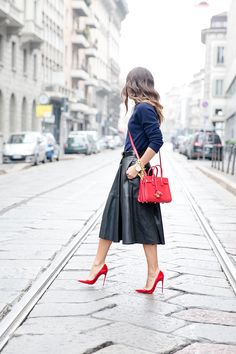 falda de vuelo de polipiel de Zara, accesorios en rojo