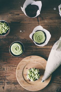 chocolate cupcakes with matcha green tea frosting! i would do vanilla cupcakes personally:) Tea Recipes, Cupcake Recipes, Dessert Recipes, Dessert Dishes, Just Desserts, Delicious Desserts, Yummy Food, Mini Cakes, Gourmet