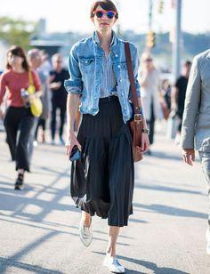 Jupe midi plissée + veste en jean + derbies sans lacets = le bon mix