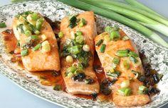 לא צריך לעבוד קשה כדי להכין סלמון עסיסי: כמה דקות של עבודה - ויש לכם דג נהדר עם שמן זית ובצל ירוק, ברוטב צ'ילי מתוק או בלימון וחרדל