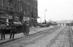 Szent István körút a Margit híd felé nézve. A szovjet csapatok ideiglenes kivonulása 1956. október 31-én. Budapest Hungary, Old Pictures, Historical Photos, No Time For Me, Revolution, Monochrome, Arrow, Roots, History