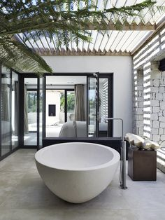 Breathtaking 10 Wonderful Modern Outdoor Bathtub Design Ideas For You To See For those who like to take a bath and like the beautiful feel of nature, having an outdoor bathtub requires a whole new level and is the right idea! Outdoor Bathtub, Outdoor Bathrooms, Outdoor Showers, Deco Design, Design Case, Design Design, Bathroom Inspiration, Interior Inspiration, Bathroom Ideas