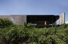 Archier designed and built the modern industrial Sawhill House out of 270 one-tonne concrete blocks in Victoria, Australia. Industrial House, Modern Industrial, Australian Architecture, Architecture Design, Recycled Concrete, Australia House, Timber Slats, Lake Cabins, Concrete Blocks