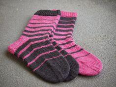 Pehmeitä paketteja: sukat My Socks, Cool Socks, Mittens, Knit Crochet, Diy And Crafts, Slippers, Asian, Knitting, Inspiration
