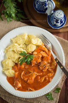 Paprykarz z kurczaka to tradycyjna węgierska potrawka. Jak nazwa wskazuje, zawiera dużą ilość papryki – ale nie tej świeżej, tylko w proszku...