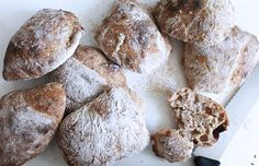 Sprøde i skorpen og saftige og seje i krummen! De her boller er vildt lækre, hvad enten de er til morgenbordet, sandwichen til madpakken eller med lidt god jomfruolivenolie som snack før middagsmaden.