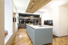 Freistehende Küche, noble Hochschränke und viel Strauraum zeichnen diese Ewe Einbauküche von Küchen Design Keglevits aus.  Infos zur Küchenplanung auf unserer Website: Küchen Design, Modern, Table, Furniture, Home Decor, Freestanding Kitchen, Kitchen Wood, Kitchen Inspiration, To Draw
