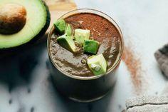 Een combinatie tussen een chocolade milkshake en een avocado smoothie klinkt misschien niet heel uitnodigend. Maar deze is het wel!
