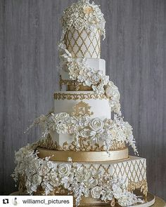 Wedding Cake Ideas Favorite 50 Gold Wedding Cakes Ideas - These 50 Gold Wedding Cakes Ideas will help you choose your cake on your historic day. Why is gold? Because gold symbolizes prosperity, glory, can make your wedding cake look elegant and glamorous… Extravagant Wedding Cakes, Fancy Wedding Cakes, Luxury Wedding Cake, Floral Wedding Cakes, Amazing Wedding Cakes, Wedding Cake Designs, Fancy Cakes, Amazing Cakes, Chic Wedding