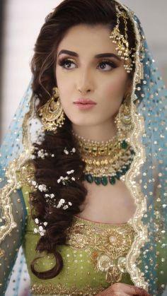 Indian Bridal Mehndi Brides Saree 36 Ideas For 2019 Pakistani Bridal Makeup Hairstyles, Mehndi Hairstyles, Bridal Hairdo, Pakistani Wedding Outfits, Pakistani Bridal Dresses, Bridal Outfits, Walima Dress, Pakistani Mehndi Dress, Pakistani Bridal Jewelry