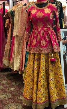 Pinterest: @pawank90 Choli Designs, Lehenga Designs, Saree Blouse Designs, Dress Designs, Pakistani Dresses, Indian Dresses, Indian Outfits, Indian Lehenga, Lehenga Choli