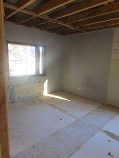 Pienin makuuhuone. Toinen seinä (kaappiseinä) purettu. Samoin katto ja kaikki muu.