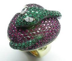 Quando un gioielli racconta una storia...anello in oro giallo e brunito con smeraldi, rubini e diamanti! Scoprilo da easyOro, Piazzetta Pinchetti, Como, tel.031/261507
