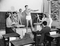 1940: Ronald Reagan, future US president, poses as a model for a sculpture class.