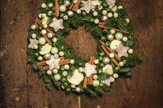 Klasyczne świąteczne wieńce na bazie jodły 'Nobilis'. Udekorowalem je małymi bombkami, plastrami suszonych jabłek ,pachnącego cynamonu i gwiazdek wycinanych ze skorup orzecha kokosowego. Robiłem je dla jednej z poznańskich firm PR.