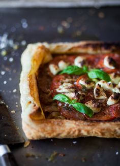 Caramelized onions tart with tomatoes and goat cheese Quiches, Confort Food, Tarte Fine, Good Food, Yummy Food, Vegetarian Recipes, Healthy Recipes, Healthy Food, Caramelized Onions