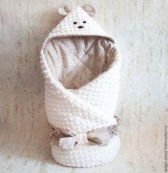 Купить или заказать Одеяло конверт на выписку с шапочкой в интернет-магазине на Ярмарке Мастеров. Нежнейший конверт-одеяло на выписку с мордочкой мишки и шапочкой для новорожденного из мягкого и теплого плюша минки с ушками. Универсальная расцветка подходит как мальчику, так и девочке. Поясок или резинка в комплекте, потом можно использовать как одеяло в кроватку или для прогулок в…
