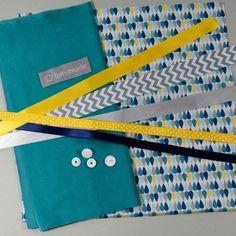 Le KIT contient:  -1 carré de tissu doudou- velours minky 25x25 cm (bleu vert) -1 carré de tissu en coton  25x25 cm (coton imprimé géométrique - gouttes) -50cm de ruban gr - 8581126