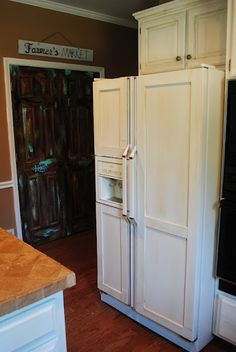 Amazing Grays: DIY Paneled Refrigerator this is my dream I hate stainless Steel appliances! My refrigerator handles can be screwed off this would look amazing with long handed on it just wish we didn't have the ice maker in the door Refrigerator Makeover, Paint Refrigerator, Refrigerator Panels, Diy Cabinet Doors, Diy Cabinets, Cabinet Refacing, Cabinet Makeover, Cupboards, Furniture Makeover