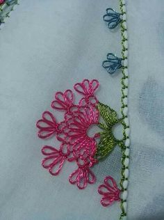 This Pin was discovered by NAL Needle Tatting, Needle Lace, Bobbin Lace, Needle And Thread, Lace Patterns, Baby Knitting Patterns, Crochet Unique, Crochet Sunflower, Embroidery Bags