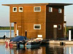 FLOATING HOUSES in Kröslin sind ein tolles Urlaubs-Domizil. Wassersportler können Ihr Boot mitbringen und direkt an der Terrasse anlegen.
