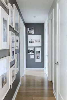 Décoration couloir gris et blanc avec des photos http://www.homelisty.com/decoration-couloir/