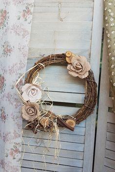 Μία απλή βάση με κλαδιά, υφασμάτινα λουλούδια και φθινοπωρινά υλικά είναι τα μόνο υλικά που θες για ένα τέλειο χειροποίητο φθινοπωρινό στεφάνι. Δες στο άρθρο μας ακόμα περισσότερες ιδέες. #wreath #falldecor #fallwreath #φθινοπωρινηδιακοσμηση #φθινοπωριναδιακοσμητικα #falldecor #falldecorating #falldecorideas #diyfalldecor #diyhomedecor #autumndecor #autumndecorations #indoorautumndecorations #diyhomedecor #diyhomedecorideas #barkasgr #barkas #afoibarka #μπαρκας #αφοιμπαρκα #imaginecreategr
