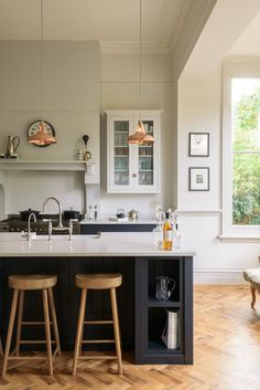This beautiful shaker kitchen by deVOL Kitchens features our Copper Coolicon Pendants over an island in the middle of the open plan space. A patchwork of trends makes up this stylish South London home. From the classic beige coloured wall, […] Kitchen Units, Kitchen Cupboards, New Kitchen, Kitchen Dining, Kitchen Decor, Wall Cabinets, Small Kitchen Diner, Kitchen With Breakfast Bar, Kitchen Worktop