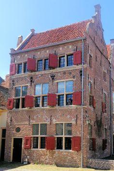 Aan uw rechterhand ziet u het Daendelshuis, dat dateert uit 1618. De onderste verdieping bestond oorspronkelijk al in de middeleeuwen. Het huis is opgetrokken in Gelderse renaissancestijl met een golvend contour boven de vensters. De naam van het huis is eigenlijk onterecht, want het behoorde toe aan de ouders van Daendels vrouw, Aleida van Vlierden. Als zijn weduwe heeft ze er nog jarenlang gewoond.