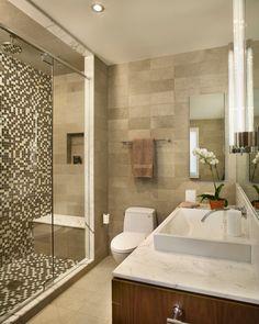 Kleines Bad Mosaik Fliesen Duschebereich Marmor Holz Unterschrank