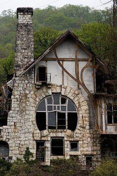 Vieille maison art nouveau en Abkhasie dans le caucase russe, une photographie…